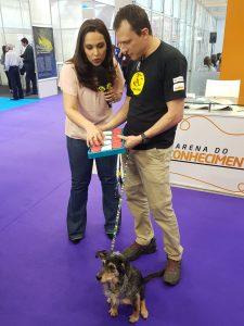 Alexandre Rossi e Estopinha demonstrando brinquedo Inteligente da Nina Ottosson - Lançamento Exclusivo Pet Trends